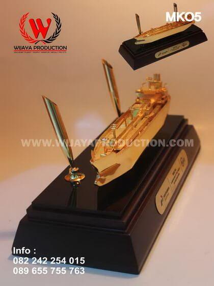 Miniatur Kapal Logam