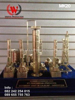 Souvenir Miniatur Kilang Minyak Pertamina