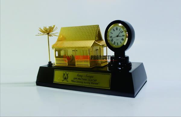 Souvenir Miniatur Rumah Adat sebagai Souvenir Kenang-kenangan
